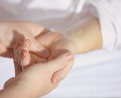 血圧を下げるツボの合谷(手)と降圧帯(耳)の画像